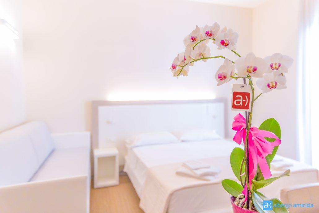 Camera Smile elegante Junior Suite dettaglio del fiore