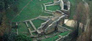 Vista dall'alto dei resti dell'anfiteatro romano