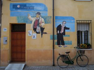 Tra i murales del Borgo San Giuliano uno è dedicato a La voce della Luna di Fellini