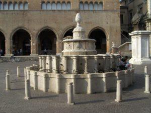 Centro Storico, Piazza Cavour e la famosa fontana della Pigna