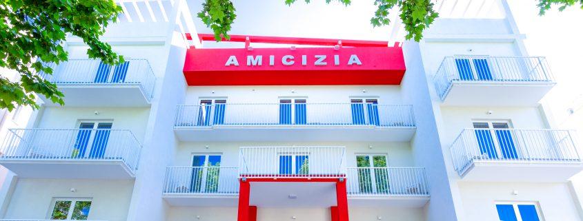 La facciata dell'Hotel Amicizia